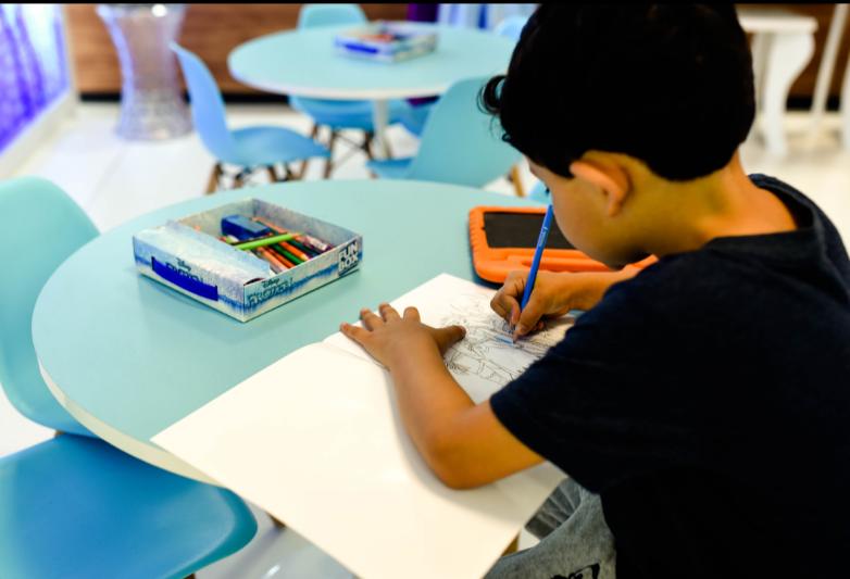 Com exposição fotográfica e espaço infantil, Azul inicia temporada de verão